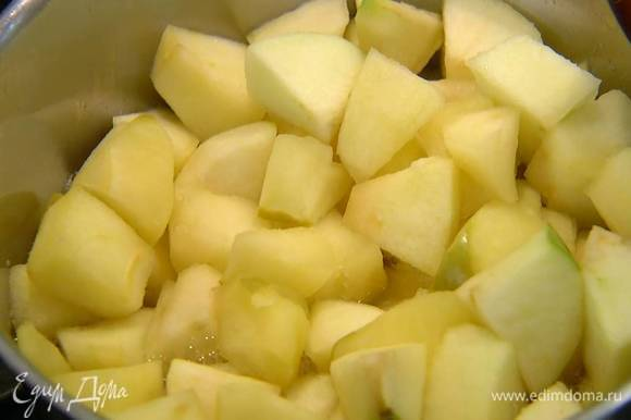 Выложить яблоки в теплый сироп, перемешать и прогревать на медленном огне 3‒5 минут, периодически помешивая, затем выключить огонь и полить яблоки оставшимся лимонным соком.