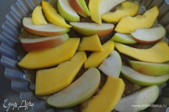 Яблоко и тыкву очистить от семян, нарезать тонкими ломтиками. На карамель выложить веером или как захочется яблоки и тыкву.