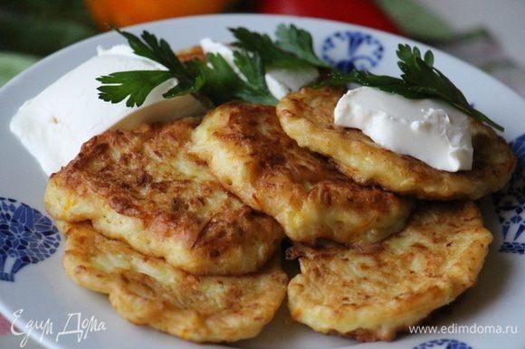 При желании можно додержать в духовке около 5 минут. Подавать горячими с творожным сыром и зеленью.