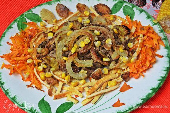 И посыпать жареным луком салат, сверху — горсть кукурузы.