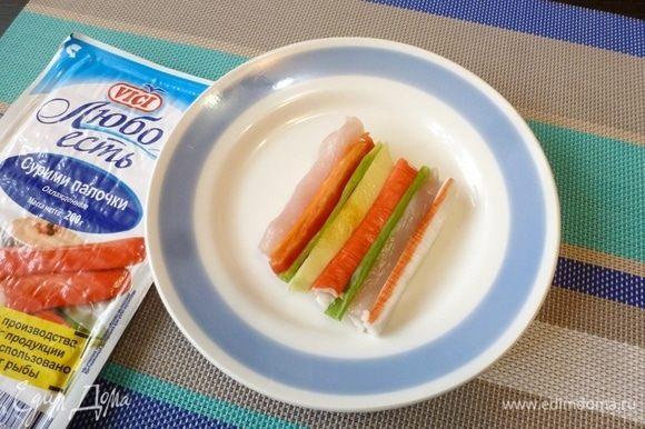 На две зубочистки поочередно нанижем мясо, перец, лук, крабовые палочки, кабачок. Вот и получился «коврик»!