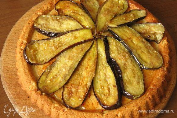 Выкладываем баклажаны по кругу. В исходном рецепте баклажаны подаются под лимонно-медовым соусом с кусочками чили и зеленью.