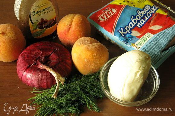 Подготовим все по списку. Заправка салата факультативная, можно класть йогурт, а можно просто мелко порезать сочную моцареллу, если персики сочные, жидкости будет достаточно.