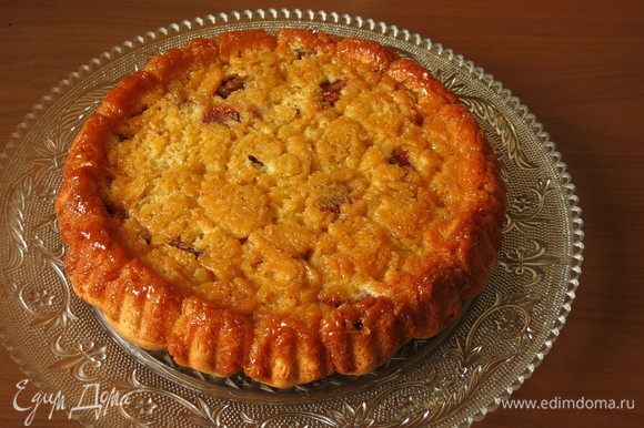 Вынимаем и тут же переворачиваем пирог, если его оставить — карамель остынет и схватится. Советую сразу же помыть форму. А пирог получается золотистый от карамели, даже жалко прятать под крем такой узор.