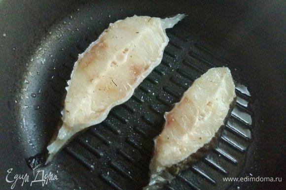 На сковороду налить немножко растительного масла и обжарить рыбку с одной стороны примерно минут 5.