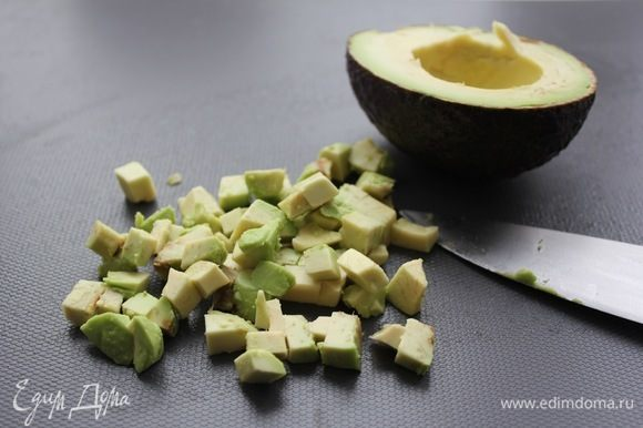 Авокадо нарезать мелким кубиком (примерно 0,7х0,7 см).