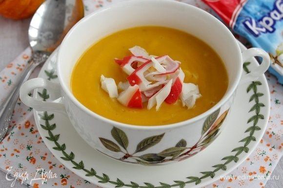 Налейте суп в тарелку, добавьте крабовое мясо, по желанию добавьте бальзамический соус.