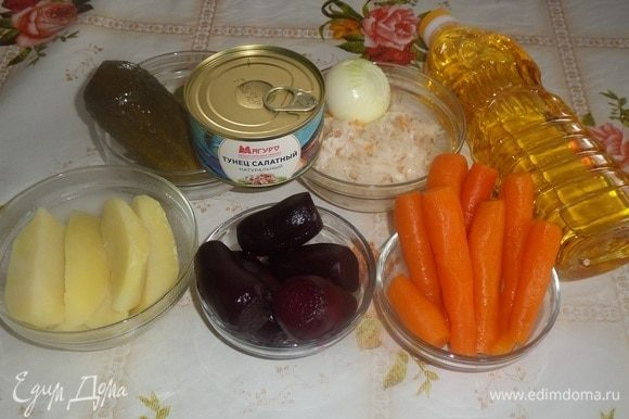 Подготавливаем продукты. Овощи отвариваем до готовности, остужаем и очищаем. Можно овощи запечь.