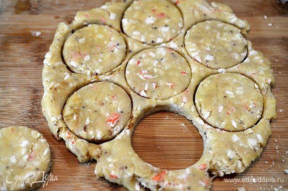 Убрать тесто на полчаса в холодильник. Затем раскатать и вырубками или стаканом сформировать печенье.