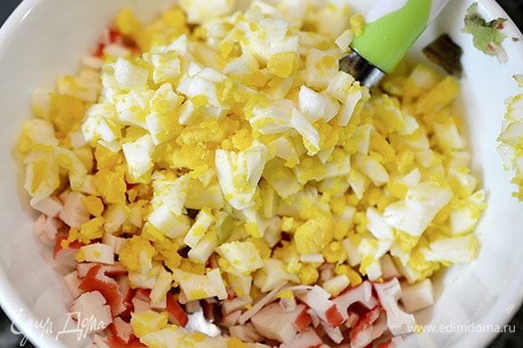 Нарежьте, предварительно отваренные яйца.
