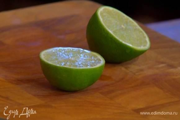 Из половинки лайма выжать 2‒3 ст. ложки сока.