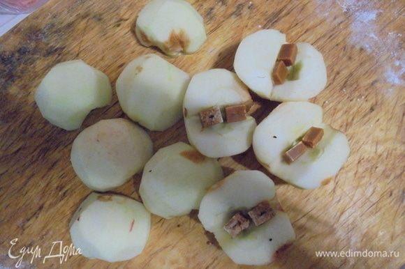 Яблоки очистить от кожицы, нарезать на половинки, очистить сердцевину и в очищенные ямочки выложить ириски.