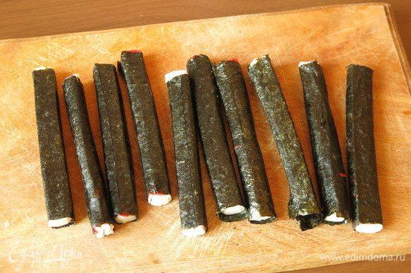 Получается 10 рулонов с крабовыми палочками.