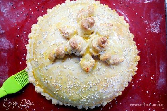 Через полчаса достаем наш курник и смазываем наш пирог желтковой смесью, присыпаем семенами кунжута. Ставим в духовку еще на 10 минут.