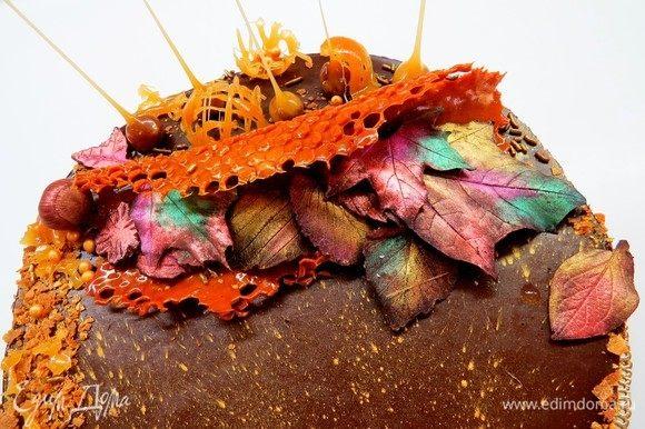 Перед подачей снимаем с торта боковую пленку и украшаем. У меня декор, навеянный осенью. Карамельные соты, шоколадные листочки, покрытые кандурином. Кому интересно, шоколадные листочки делала так. Собираем подходящие по размеру листочки (желательно чтобы они были поплотнее), тщательно моем их и сушим. Я еще на всякий случай спиртом протерла, чтобы уж наверняка. 😄 Топим горький шоколад и кисточкой наносим на заднюю поверхность листа (в идеале, конечно, лучше шоколад темперировать, но мне было лень). Ставим в холодильник застывать. Затем аккуратно отсоединяем лист от застывшего шоколада. Можно наделать таких листиков заранее, например, осенью, и хранить их в холодильнике. Красила листике кандурином разных цветов (краситель пищевое золото в виде пыльцы).
