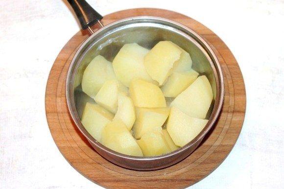 Картофель отвариваем в «мундире», охлаждаем и очищаем. Разрезаем на крупные части.