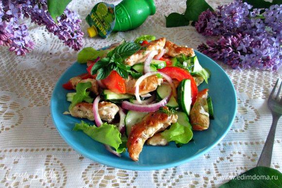 Перед подачей салат оформить мелкими листьями салата-латука.
