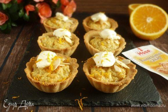 При подаче посыпать миндальными лепестками, положить по ложечке крем-фреша и натереть цедру апельсина. Приятного аппетита!