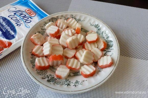 Для салата нам нужны крабовые палочки. Я беру крабовые палочки VICI, они сочные и вкусные. Можно нарезать их фигурно.