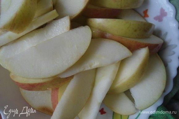Яблоки вымыть, удалить сердцевину, нарезать дольками и сбрызнуть лимонным соком.