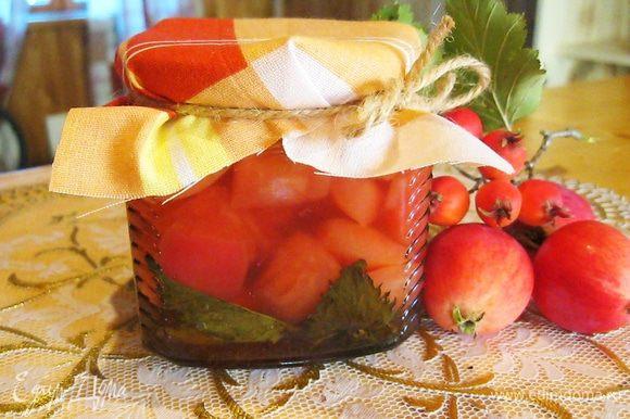Оставшийся сироп уварил почти в два раза, залил в банку с яблоками и закрыл крышкой.