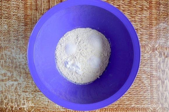 В большой миске смешать сухие ингредиенты: муку, разрыхлитель, соду, сахар, соль. Сливочное масло растопить и остудить до комнатной температуры.