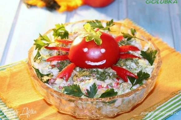 Можно изобразить крабика из половинки помидора и красного перчика.