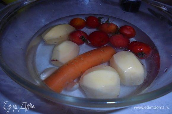 Очистите картофель и нарежьте на половинки (я брала мелкий картофель). Морковь очистите и нарежьте на тонкие кружочки. Чеснок очистите и мелко нарежьте. Помидоры черри вымойте и обсушите.