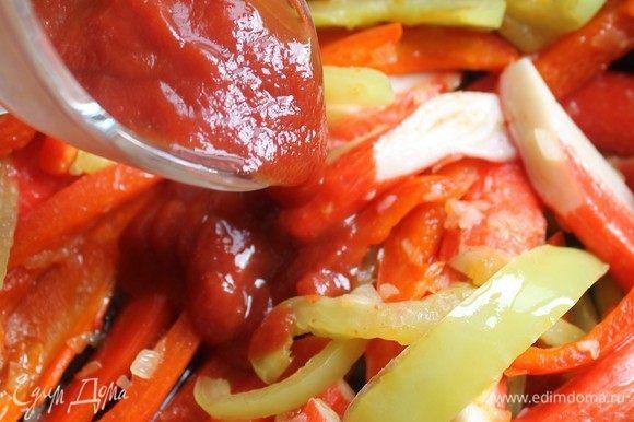 Заправить салат кетчупом.