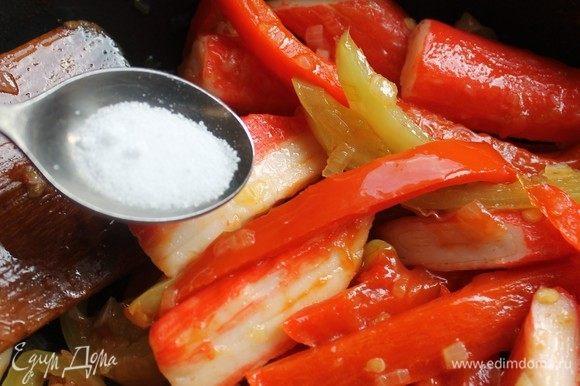 Приправить солью и перцем по вкусу.
