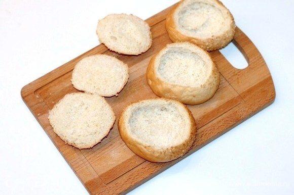 Подготовим булочки для запекания. У булочек срезать верх и удалить мякиш.