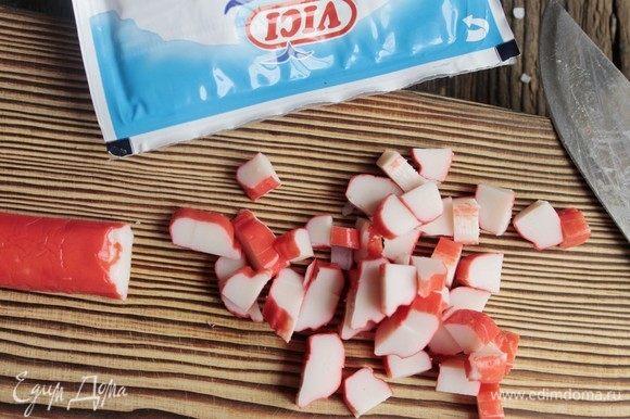 Порезать крабовые палочки ТМ «Vici» кубиками.