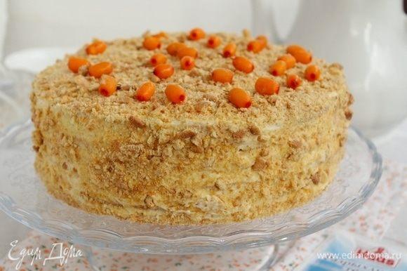 Обрезки от коржей измельчить и нанести на торт, украсить на свое усмотрение.