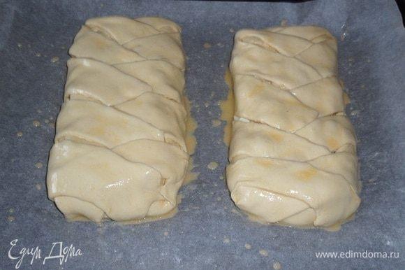 Оставляем пироги на 10-15 минут в теплом месте, накрыв противень.