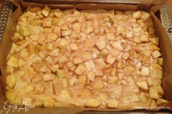 Форму для выпечки выстелить бумагой, выложить тесто. На тесто выложить начинку и слегка ее «утопить».