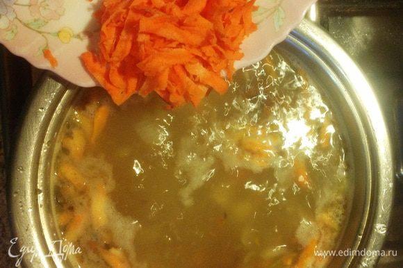 Залить в кастрюлю горячий бульон или воду 1,5-2,0 литра. Обычно я замораживаю воду, оставшуюся после варки цветной капусты/брокколи/спаржевой фасоли (несоленый бульон), и потом использую как основу для супов. После закипания закидываем картофель, кипятим 5 минут и добавляем морковь. Оставить огонь чуть меньше среднего. Варить 10-12 минут. Потом добавляем чеснок.