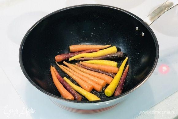 В начале обжариваем морковь, 10 минут.