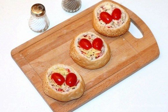Заполнить булочки крабовой начинкой, посыпать тертым сыром и украсить помидорами черри. Положить булочки в форму для выпекания и поместить в горячую духовку, минут 20 при t 190-200°С. Как только верх зарумянится, булочки готовы!