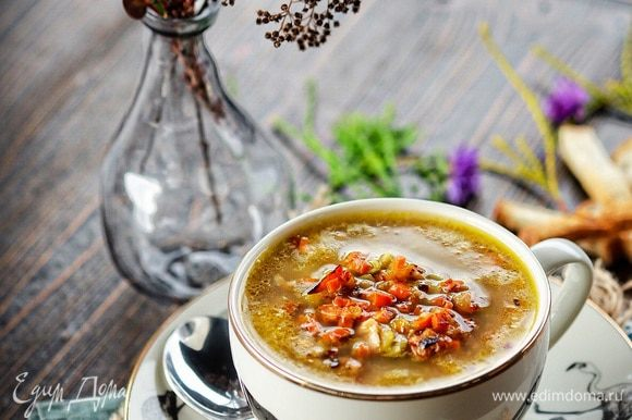 Прогреть суп 3-5 минут. Дать супу настояться полчаса и подать горячим непременно с ржаным свежим хлебом, чесноком и горчицей.