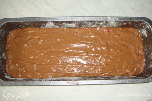Форму для кекса смазать маслом и присыпать мукой, излишки муки стряхнуть. Выложить тесто в форму и выпекать в разогретой до 160°С духовке 50-60 минут, готовность проверить зубочисткой.