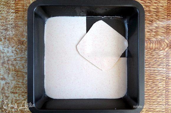 Аккуратно разделить лист крабово-сливочного желе на 4 равных квадрата (если делаете в одной большой форме, то на 8).