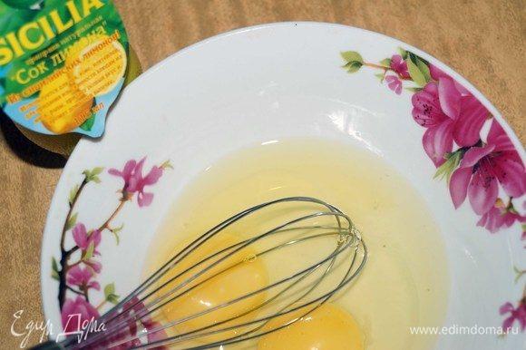 В глубокую тарелку разбиваем 2 куриных яйца.