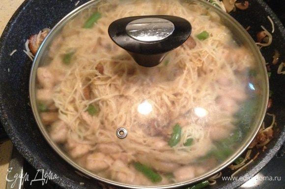Залить приготовленной ранее смесью, перемешать, накрыть крышкой и тушить еще пару минут.