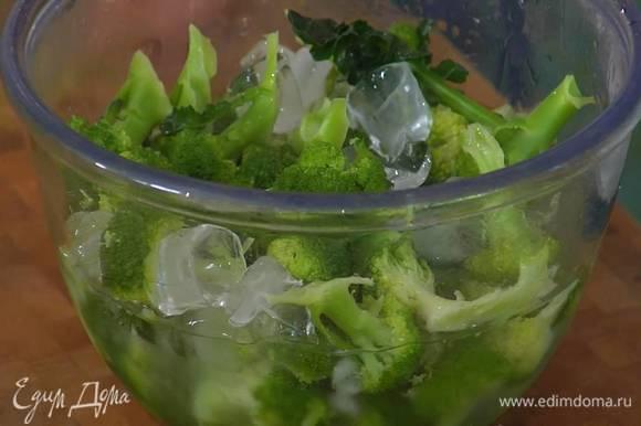 Брокколи разобрать на маленькие соцветия и опустить на 3‒4 минуты в кипящую воду, затем жидкость слить, капусту выложить в миску со льдом.