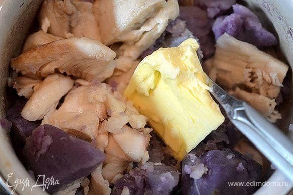 Слить воду, соединить картошку и рыбу. Добавить сливочное масло.