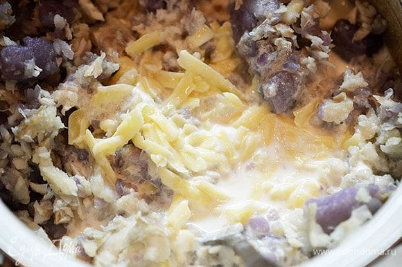 Залить картошку с рыбой соусом. Перемешать.