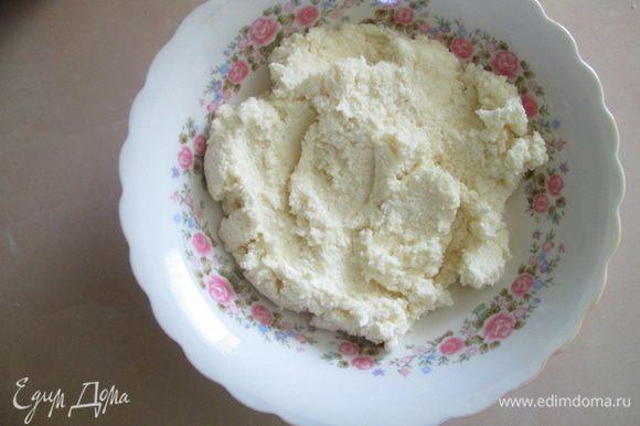 Для начинки корзиночек к творогу добавить сахарную пудру и ванилин на кончике ножа, все перемешать.