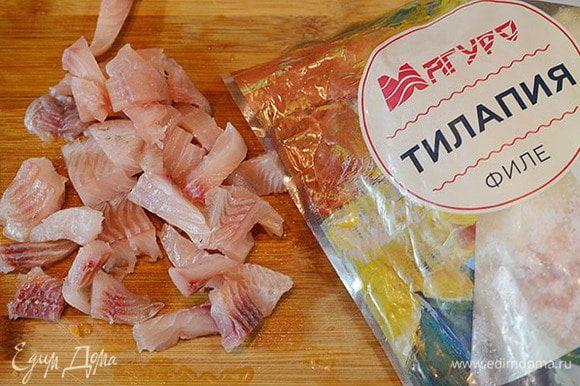 Тилапию нарезать на небольшие кусочки. Для приготовления рыбных блюд я всегда пользуюсь продукцией ТМ «Магуро». Рыба ТМ «Магуро» заморожена методом шоковой заморозки, практически не содержит льда и обладает высокими вкусовыми качествами.