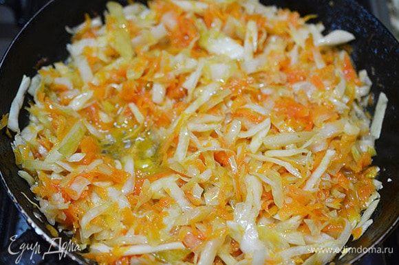 В этой же сковороде обжарить квашеную капусту минут 5. Затем добавит воды и потушить.