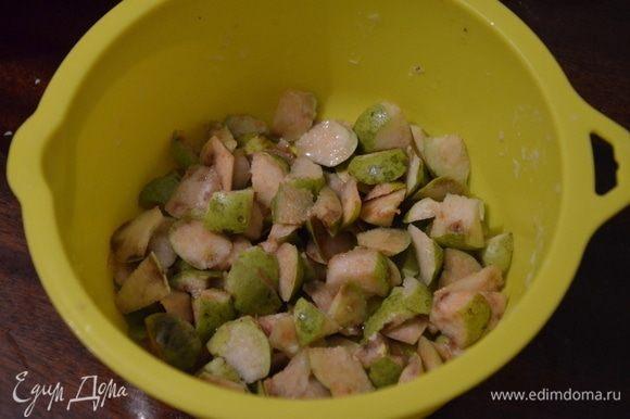 Для начинки нарезаем груши на мелкие кусочки и поливаем лимонным соком.
